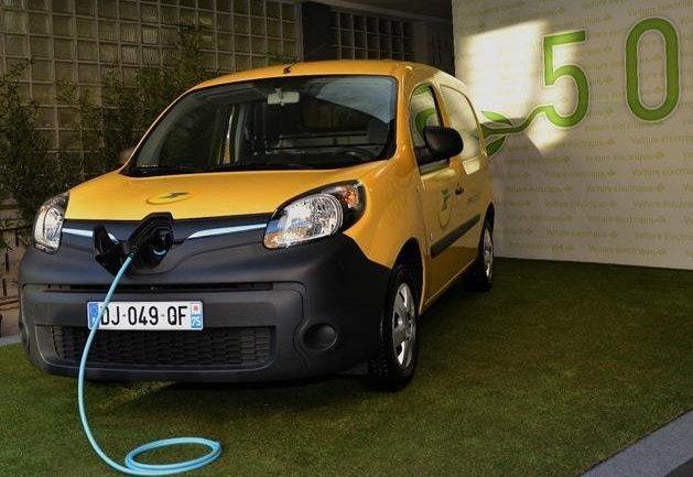 Facilitar coches electricos a los sectores públicos