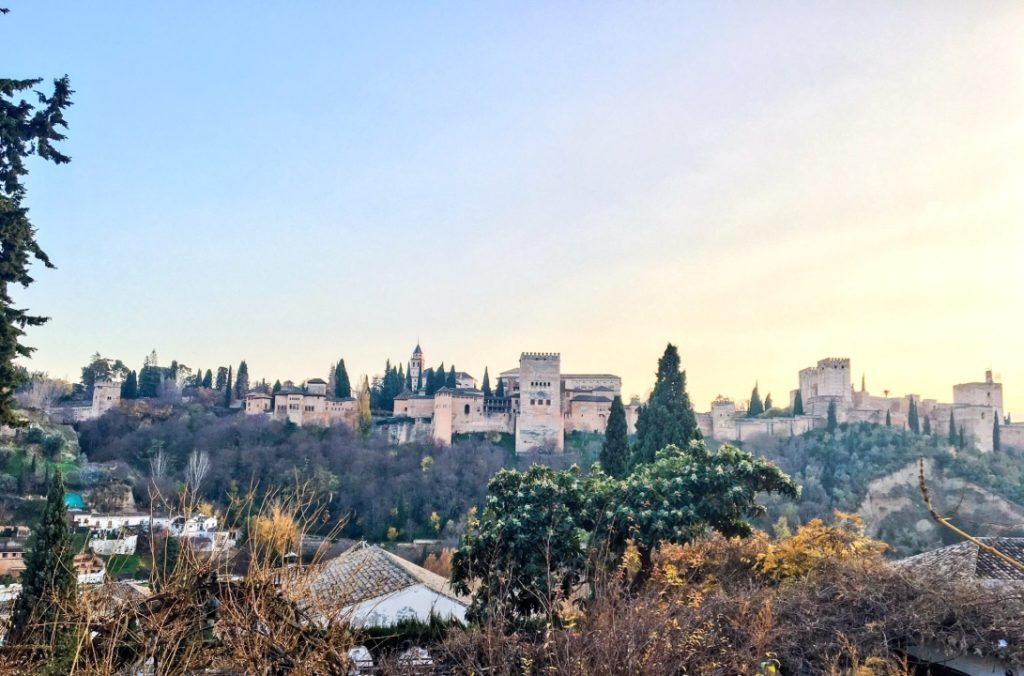 La Alhambra de Granada: poética árabe y turismo de masas José Miguel Puerta Vílchez