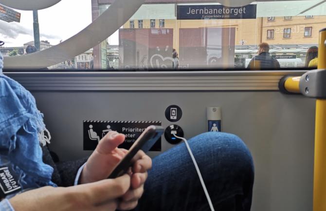 Zona de recarga de batería para dispositivos electrónicos en el metro.