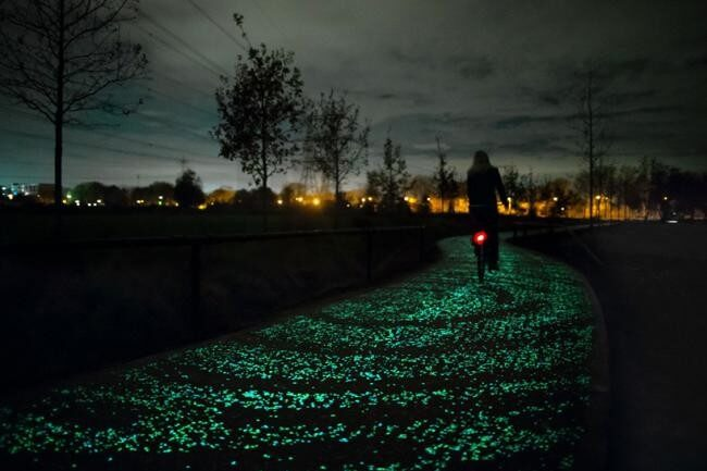 Carril bici que se ilumina en la oscuridad