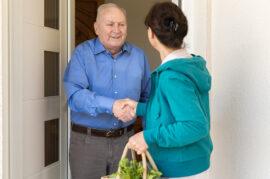 Realización de recados a personas mayores.